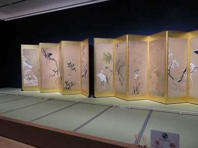 北斎の屏風絵・畳の上展示.jpg